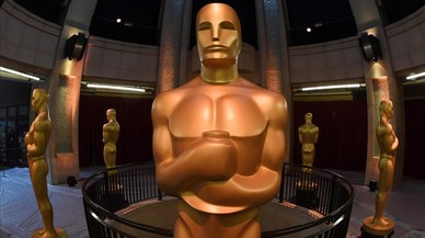 Estatuas de los Oscar a las puertas del Dolby Theater, donde esta madrugada tendrá lugar la ceremonia de los premios de la Academia de Hollywood.