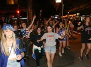 Fiesta nocturna de universitarios brit�nicos durante el festival Saloufest.