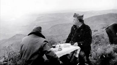 Franco y el general Fidel Dávila, en el Coll del Moro (Gandesa) durante la batalla del Ebro, en el otoño de 1938.