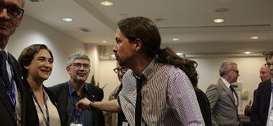 Iglesias saluda a Colau, el jueves en los debates del Cercle d'Economia, en Sitges.
