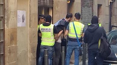 Nou cop policial contra la plaga dels narcopisos al Raval