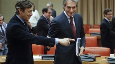 El ministro de Fomento, Íñigo de la Serna (derecha), junto al portavoz del PP, Rafael Hernando, antes de comparecer en la Comisión de Fomento.