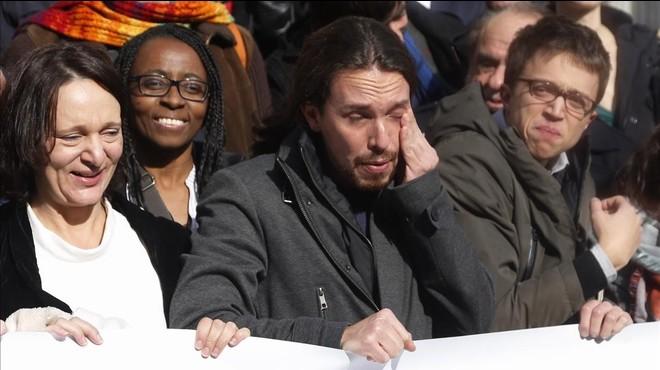 Pablo Iglesias llora de emoción ante la puerta de los leones, en el Congreso.