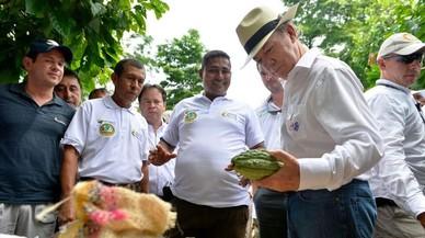 """El presidente de Colombia, Juan Manuel Santos (con sombrero) ha pedido a su equipo negociador que """"apretre el acelerador"""" para firmar la paz con las FARC."""