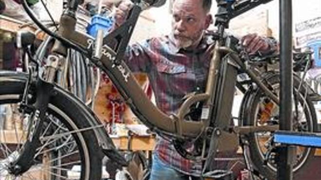 Puesta a punto. Jon Aub�, de Catalonia Cicles, repasa una bicicleta el�ctrica.