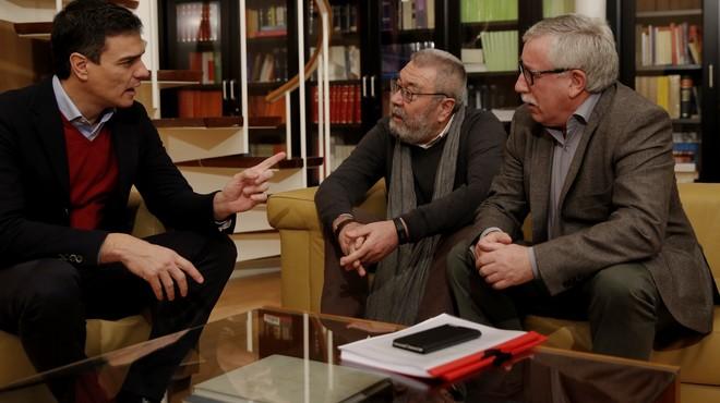 Pedro S�nchez durante su reuni�n con los secretarios generales de UGT y CCOO.