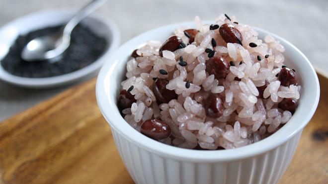 El 'sekihan', que literalmente significa frijoles rojos con arroz y proviene de Jap�n, en catal�n se denominar�a 'arr�s amb mongeta azuki' seg�n la propuesta del Termcat en relaci�n a Santa Coloma.