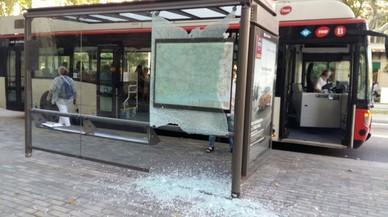 Ensurt a l'esclatar la marquesina d'una parada de bus de Barcelona