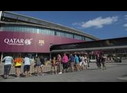 Una lona de Catar en el Camp Nou.