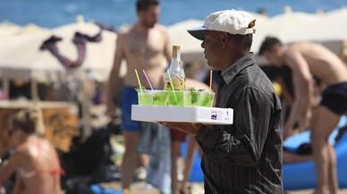 La Guàrdia Urbana decomissa a l'estiu 1.600 begudes diàries a llauners en la platja