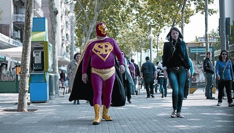 Marco Rascón, caracterizado de Superbarrio, camina por el paseo de Joan de Borbó.