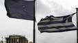 La bandera de la Unión Europa ondea junto a la griega, frente al templo del Partenón, el lunes, en Atenas.