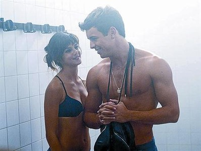 Mario Casas junto a Clara Lago, en un fotograma de 'Tengo ganas de ti'.