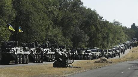 Tanques ucranianos aparcados a lo largo de la carretera, a la salida de Mariupol, el 27 de agosto de 2014.