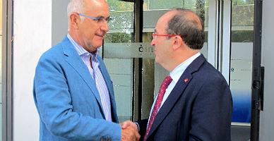 Duran e Iceta se dan la mano, este lunes, ante la sede de Uni� en Barcelona.