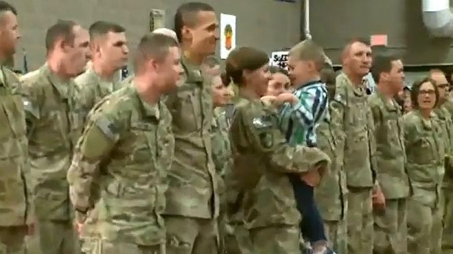 Un ni�o de tres a�os se salta el protocolo para abrazar a su madre, soldado de EEUU