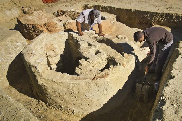 Trabajos arqueológicos en la zona de La Fontanilla, en Palos (Huelva), donde se han hallado los vestigios del puerto, este lunes.