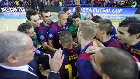 Los jugadores del Bar�a celebran el pase a la 'final four' de la UEFA Futsal Cup