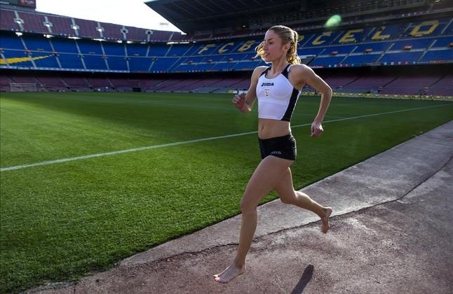 El Camp Nou es otro de los lugares emblemáticos que bordea el maratón. Elena Congost corre, junto al césped.