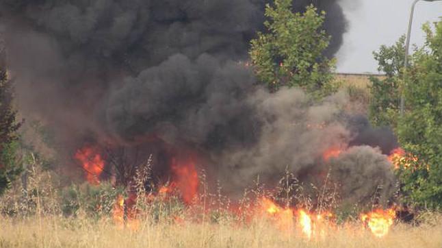 Un autobús cremat a lAeroport del Prat