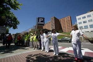 Protesta contra los recortes ante el hospital Vall dHebron, en mayo.