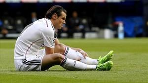 Bale, en el césped tras caer lesionado en el partido ante el Sporting