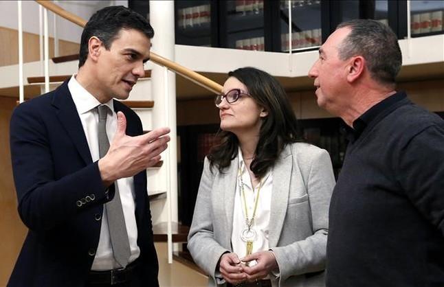 El líder del PSOE, Pedro Sánchez, conversa con Mónica Oltra y Joan Baldoví, dirigentes de Compromís, en el Congreso.