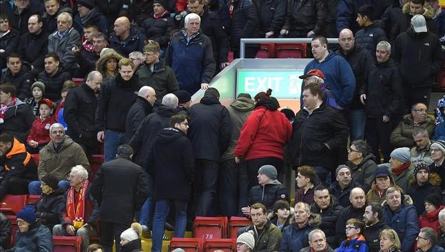 Aficionados del Liverpool abandonan el estadio como protesta por los precios