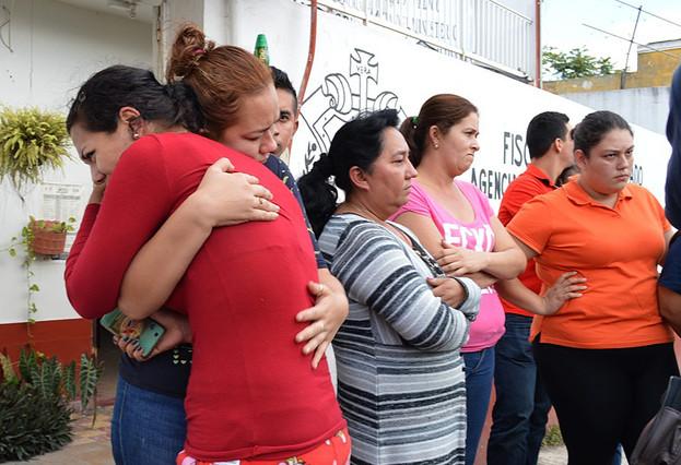 Familiares de los jóvenes desaparecidos en Tierra Blanca (Veracruz) esperan noticias de sus hijos ante la fiscalía local, el 2 de febrero.