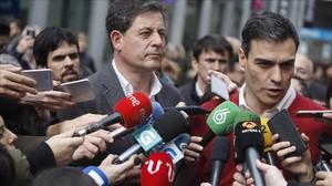 El secretario general del PSOE, Pedro Sánchez, junto al líder de los socialistas gallegos, José Ramón Gómez Besteiro, en A Coruña.