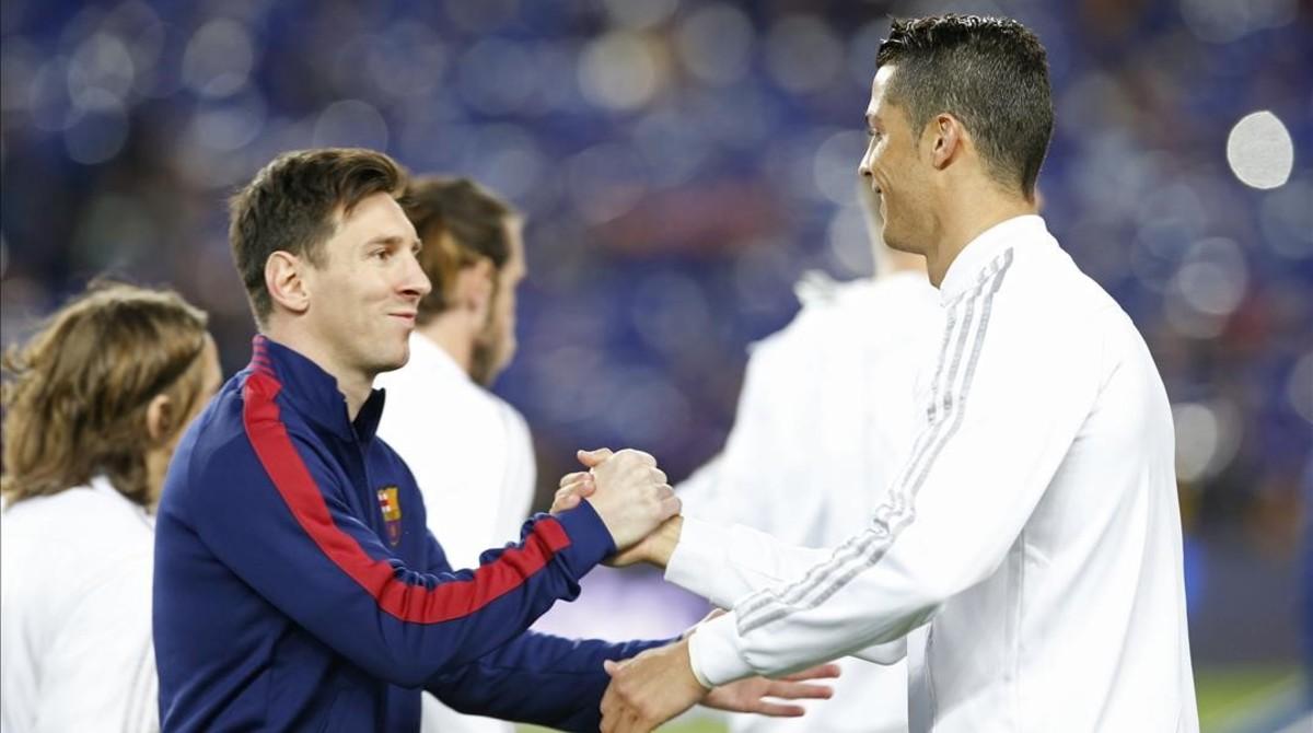 Messi y Cristiano se saludan en la previa del Barcelona-Real Madrid del pasado mes de abril