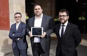Junqueras, entre Jové (izquierda) y Aragonès, presenta los presupuestos en el Parlament, en noviembre pasado.