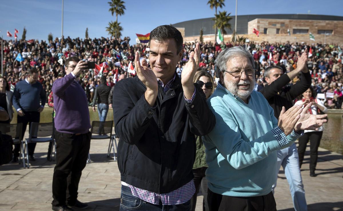 El exsecretario general del PSOE, Pedro Sánchez, y el alcalde de Dos Hermanas, Francisco Toscano, en el Parque Tecnológico de la localidad.