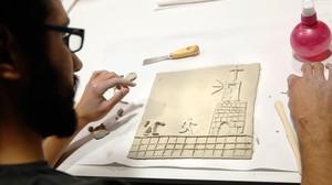 Un alumno de Elisava con una viñeta de barro, el pasado diciembre, en el taller que sirvió para preparar el cómic táctil del dibujante Max, que Catalunya presenta en la Bienal de Venecia.