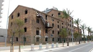 El edificio de la antigua fábrica CACI, en Badalona, que debería acoger el futuro museo del cómic.