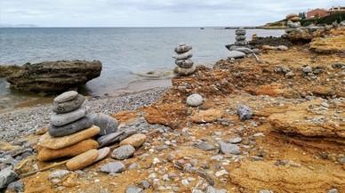 El ritual turístic d'aixecar torres de pedres amenaça els paratges naturals