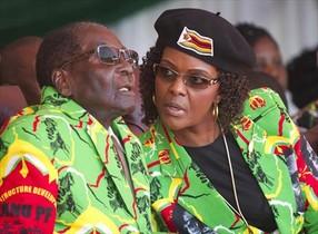 Robert Mugabe y su esposa, Grace, en un evento deportivo en Zimbabue el pasado mes de junio.