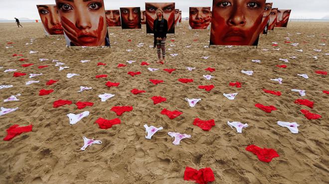 Calces a la platja de Copacabana contra les violacions al Brasil