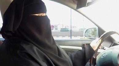 El rey saudí decreta que las mujeres puedan conducir