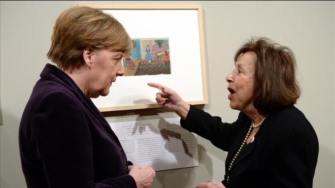 La artista Nelly Toll, conversa con la canciller alemana, Angela Merkel, en la inauguraci�n de la exposici�n Arte del Holocausto en Berl�n.