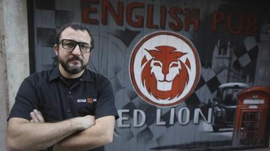 Jofre Pruna, el último domador del Black Lion, frente a las puerta del local.