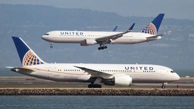 Un Boeing 787 y un Boeing 767 de United Airlines en el aeropuerto internacional de San Francisco (California), en una imagen de archivo, en el 2015.