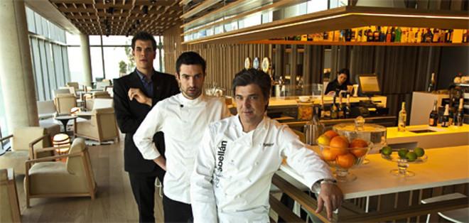 Carles Abellan, en primera línea, con el cocinero Giovanni Esteve y Hèctor Fàbregas. JOAN PUIG