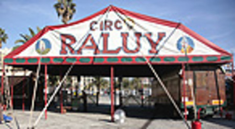El Circo Raluy ofrece alojarse en sus carromatos junto a los de los artistas en BCN