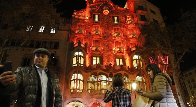 Edificios iluminados de rojo por el D�a Internacional del Sida en Barcelona