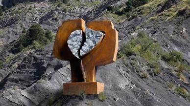 El escultor Carlos Ciriza participa en un homenaje a las víctimas de la tragedia de Germanwings