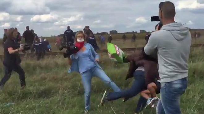 Una reportera agredeix diversos refugiats a Hongria