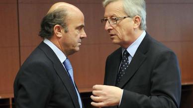 El ministro de Econom�a, Luis de Guindos, conversa con el presidente Jean-ClaudeJuncker.
