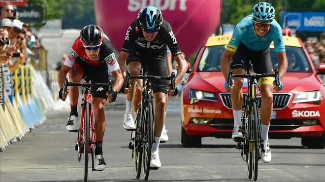 Jakob Fuglsang (derecha) bate en el esprint a Richie Porte (izquierda) y Chris Froome en la sexta etapa del Dauphiné.