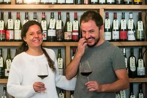Janina y Xavi Rutia, ante una de las estanterías llenas de vinos.